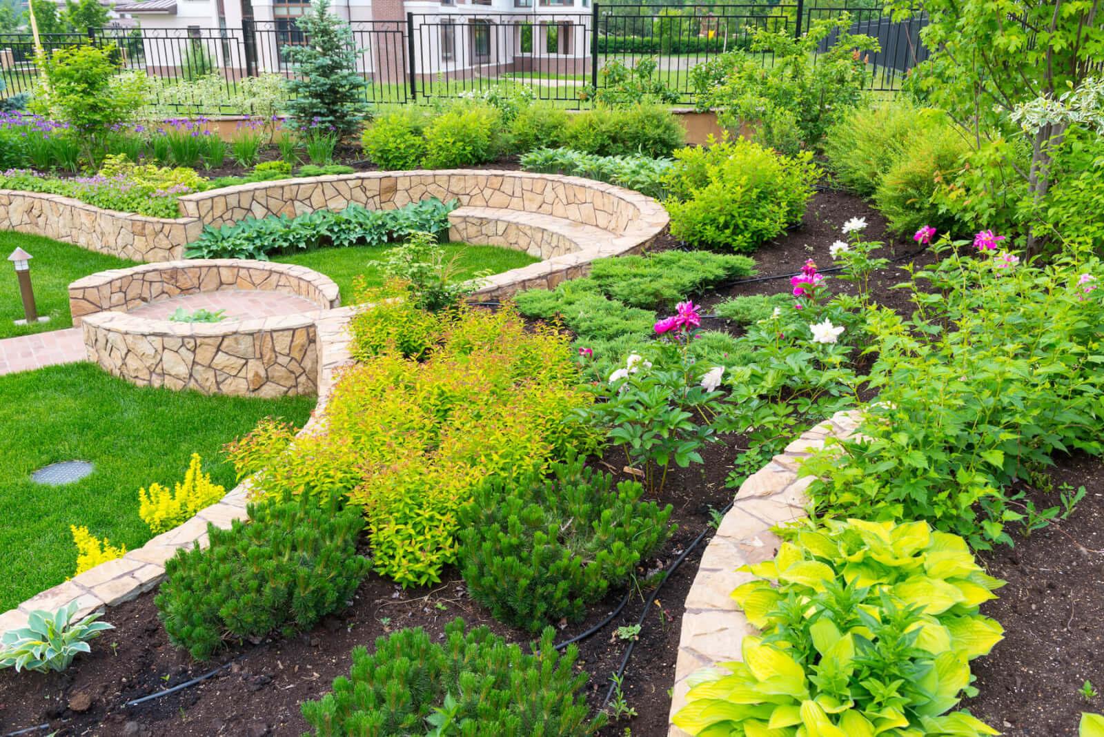 Koch Gartendesign Iserlohn Beetanlage mit Natursteinmauern.